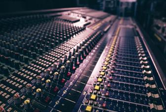 Maukka Tapahtumatekniikka - äänentoisto-, valaistus-, kuva-, näyttö- ja videotekniikkalaitteiden sekä esiintymislavojen ja lavapalojen myynti ja vuokraus sekä muut äänentoistopalvelut
